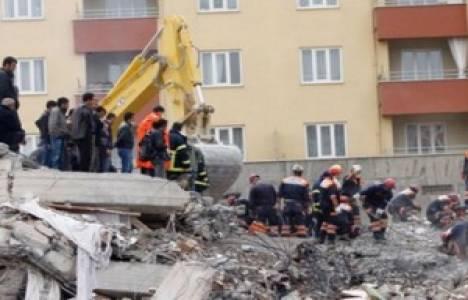 Van depreminde yıkılan Safa apartmanı davası ertelendi!