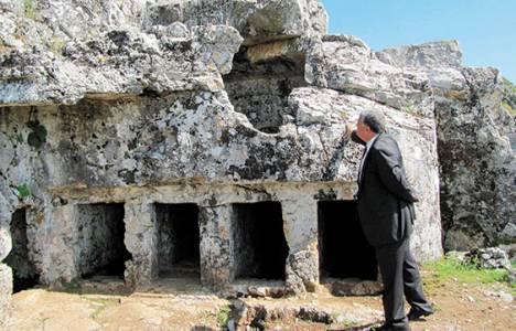 Thera antik kentini defineciler tahrip etti!