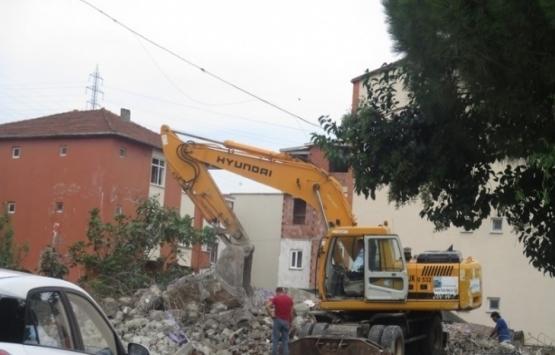 İzmit'teki ağır hasarlı binalar yıkılıyor!