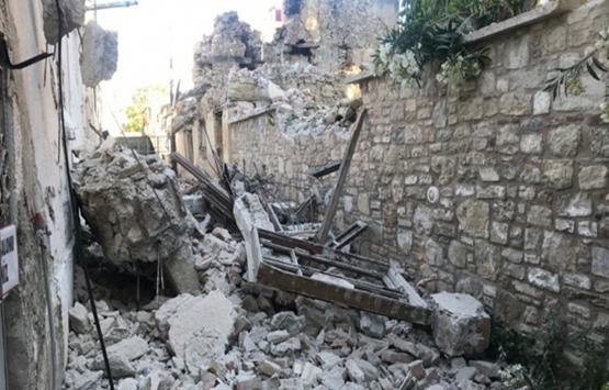 Kuşadası'nda metruk binanın ikinci katındaki duvarlar yıkıldı!