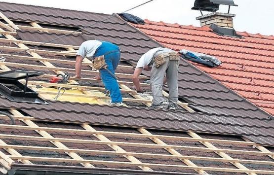 Çatı onarımında komşu