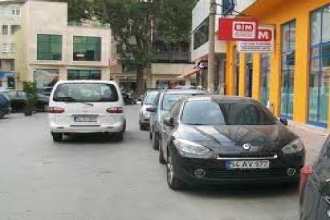 Cadde kenarlarına araba park edilmeyecek!
