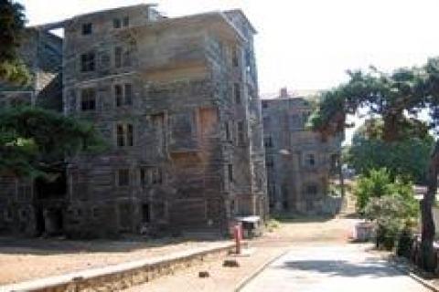 Adalar'da eski binalar yıkılacak