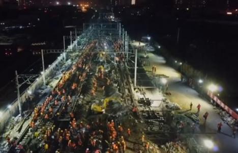 Çinliler 9 saatte tren istasyonu inşa etti!