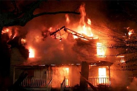 İzmir'de kullanıma kapalı iki katlı binada yangın çıktı!