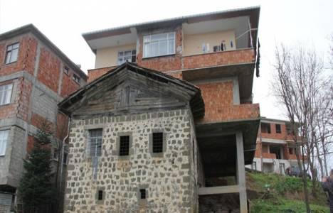 Baba evini yıkmayıp üstüne ev inşa etti!
