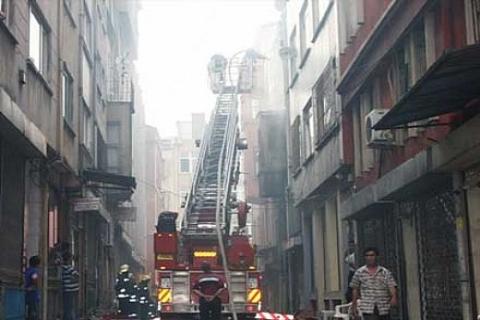 Fatih'te ayakkabı ve çanta imalatı yapan iş yerinde yangın!