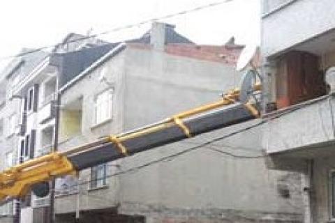 Bayrampaşa'da temeli kayan bina, vinç ile ayakta duruyor!