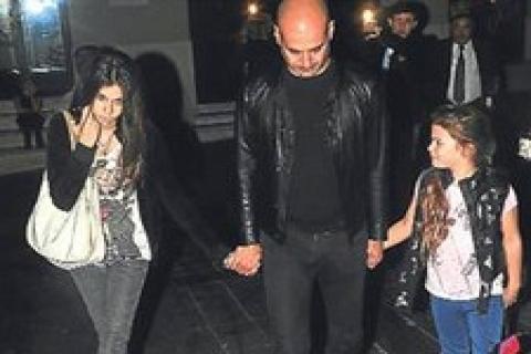 Eren Talu Beyoğlu'nda kızlarıyla akşam yemeği yedi!