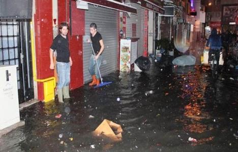 İzmir'de yağış nedeniyle bazı evleri su bastı!