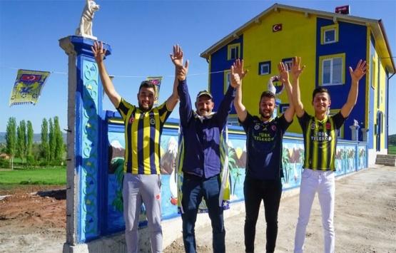 Fenerbahçeli inşaat ustası sarı lacivert sevdasını apartmanın duvarlarına işledi!