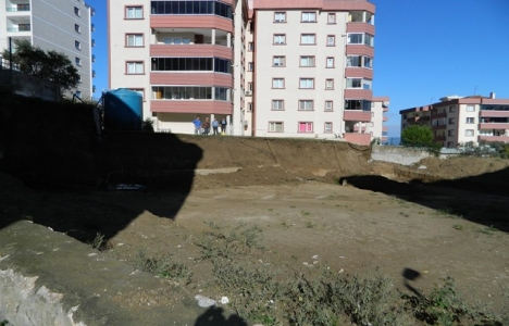 Bursa Mudanya'daki sitenin istinat duvarı çöktü!