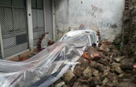 İzmir Konak'ta bina duvarı çöktü!
