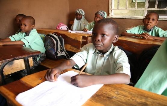 Nijeryalı genç babasından kalan binayı okula dönüştürdü!