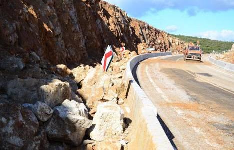 Urla-Karaburun karayoluna heyelan nedeniyle kaya parçaları düştü!