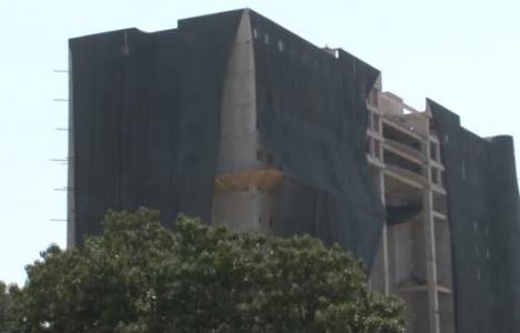 Adana'da uçuş hattındaki Emniyet Müdürlüğü binası yıkılıyor!
