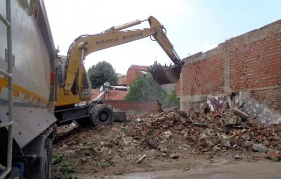 Bursa Osmangazi'deki iki katlı metruk bina yıkıldı!