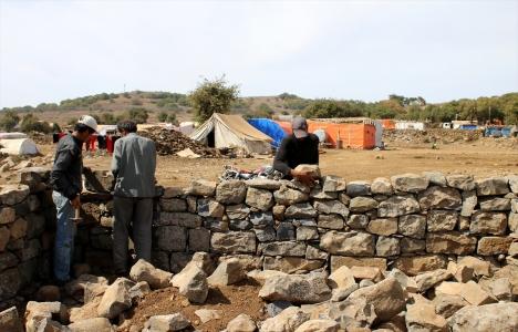 Çadır kamplardaki Suriyeliler korunaklı evler inşa ediyor!