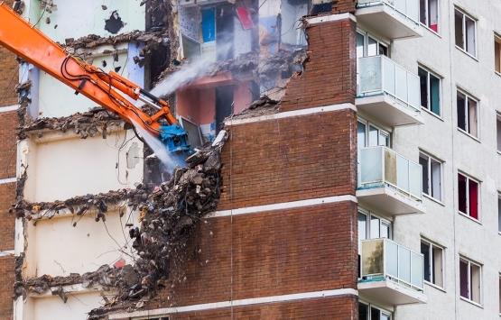 Bahçelievler'de yıkım sırasında hasar alan bina tehlike saçıyor!