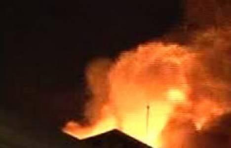 Bitlis'te polis lojmanının çatısında yangın çıktı!