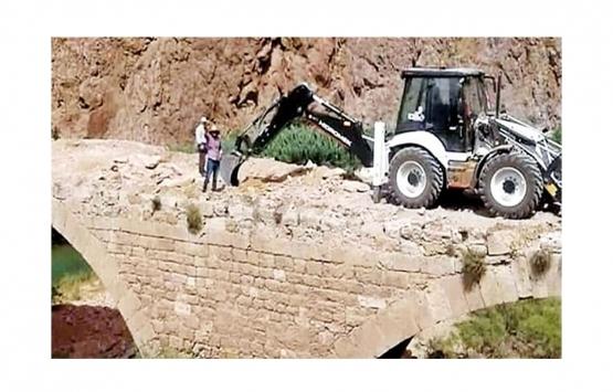 800 yıllık köprünün üzerine iş makinası çıkardılar: Büyük taşlar vardı!