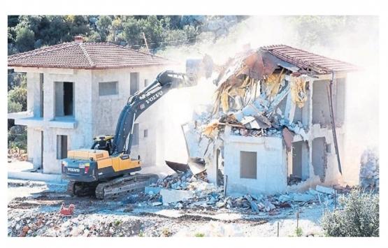 Alanya ve Kaş'ta 70 kaçak yapı yıkıldı!