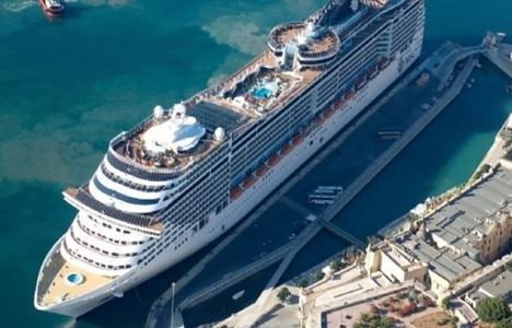 Antalya Limanı'na ilk kez aynı anda iki kruvaziyer yanaştı!