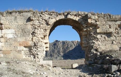 Adana'da antik dünyanın ilk çift şeritli yolu bulundu!