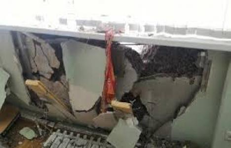 Rusya'da bina iş makinasının üzerine çöktü!