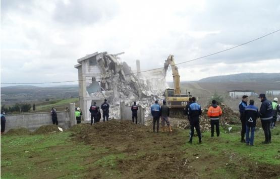 Silivri'de tarım arazisine inşa edilen kaçak yapılar yıkıldı!