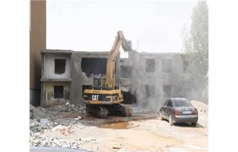 Muş'ta metruk bina yıkımı devam ediyor!