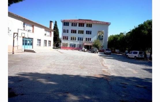Sarıgöl'de önünden fay hattı geçen okulda yıkım başladı!