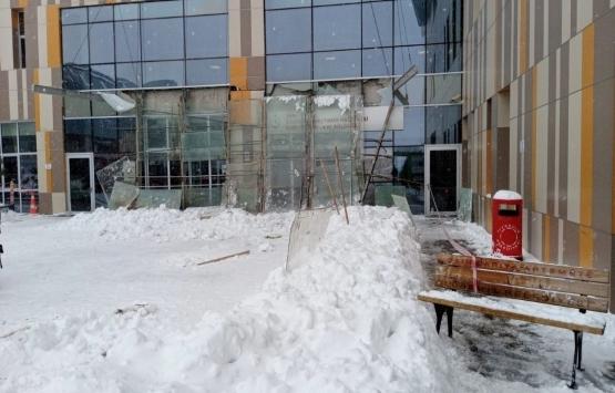 Van'da hastanenin giriş bölümünün kar nedeniyle çöktü!