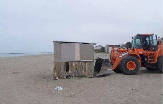 Karasu sahilinde inşa edilen kaçak yapılar yıkıldı!