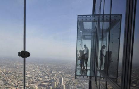 Şikago'daki Willis Tower binasının 103'üncü katındaki camekan bölme çatladı!