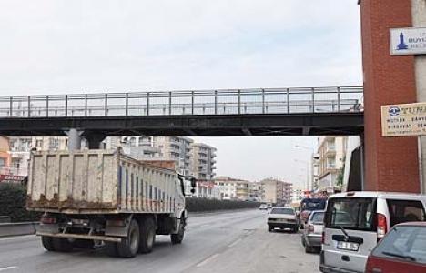 İzmir Çiğli'deki üstgeçit onarılmayı bekliyor!