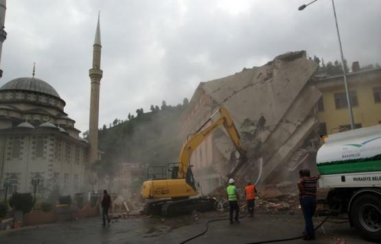 Rize'de dere yatağına inşa edilen bina yıkılıyor!