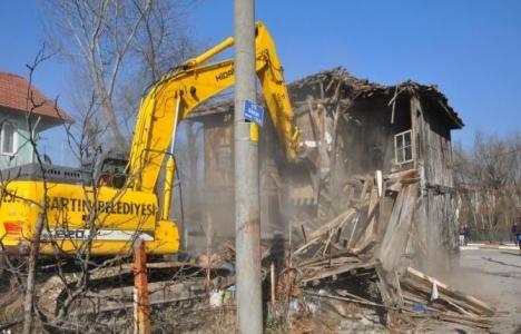 Bartın Köyortası'ndaki tehlike oluşturan eski bina yıkıldı!