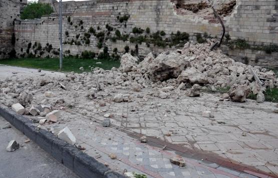 Topkapı'daki tarihi surlar çöktü!