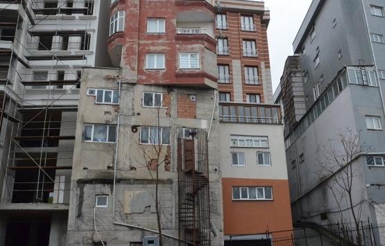 Bağcılar'daki bu bina görenleri şaşkına çeviriyor!