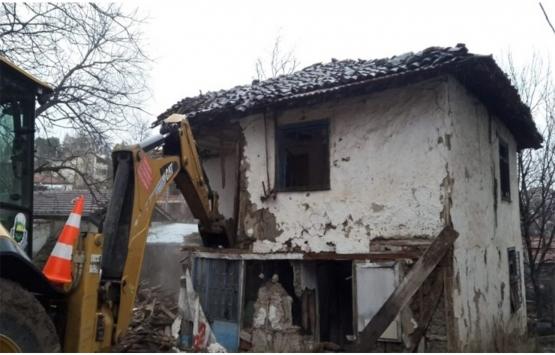 İnegöl'deki 10 metruk bina yıkıldı!