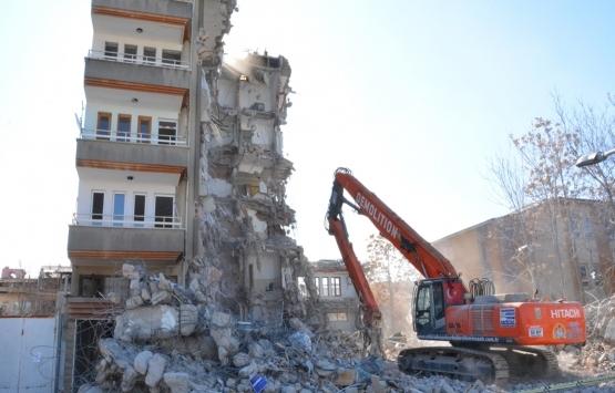 Malatya'da depremde ağır hasar alan bina yıkılıyor!