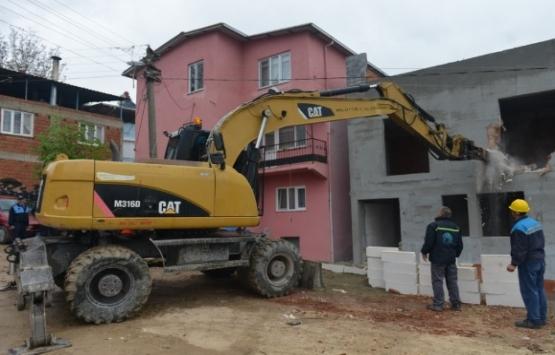Bursa Gölyazı'daki ruhsatsız yapılar yıkılıyor!