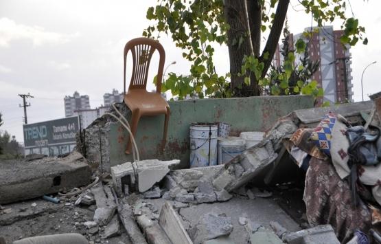 Adana'da tahliye edilen ev iki saat sonra çöktü!