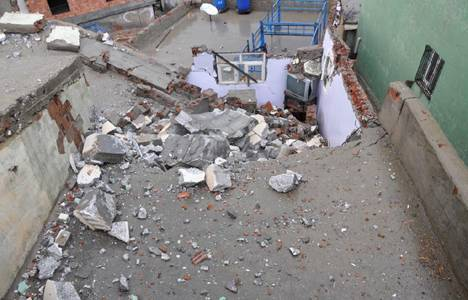 Şırnak'ta fırtına minareyi devirdi!