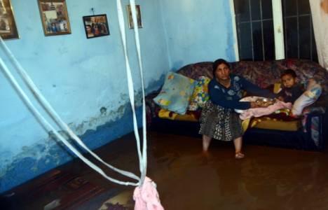 İzmir'de şiddetli yağış nedeniyle çok sayıda ev ve iş yeri sular altında kaldı!
