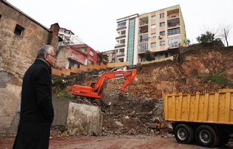 Bayraklı Belediyesi'nden toprak kaymasına önlem!