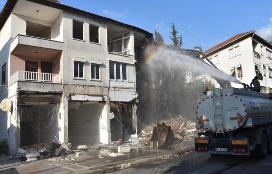 Marmaris'te riskli binalar iş makineleriyle yıkıldı!