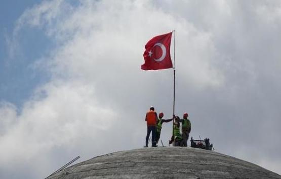 Taksim Camii'ne Türk bayrağı dikildi!