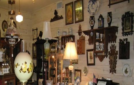 Emlakçı Osman Sülükçü antika eşyaları iş yerinin ikinci katında sergiliyor!